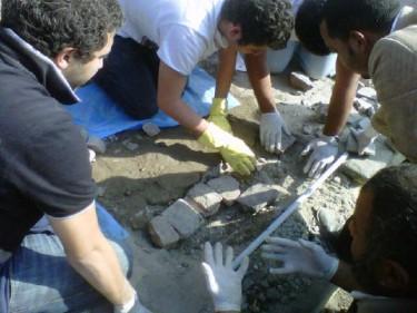 Een groep vrijwilligers repareert de bestrating op het Tahrirplein