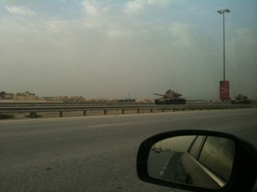 Bahrain Army Tanks on Shaikh Khalifa Highway heading towards Manama. Image by Twitter user @ammar456.