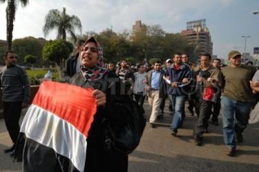 Donna che protesta insieme agli uomini in Egitto