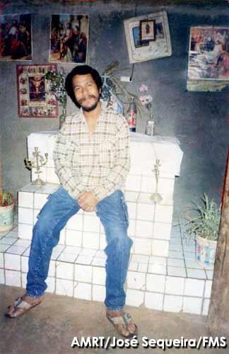 Santana no seu abrigo subterrâneo. Foto: José Sequeira. Arquivo Museu da Resistência.