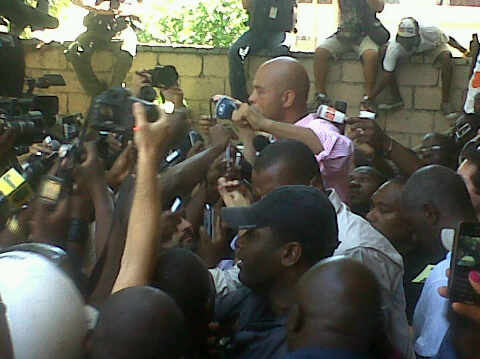 "@Telenoticiasrd: ""Martelly saliendo de votar. Multitud en las afueras."" [Martelly exits after voting. Crowd outside]."