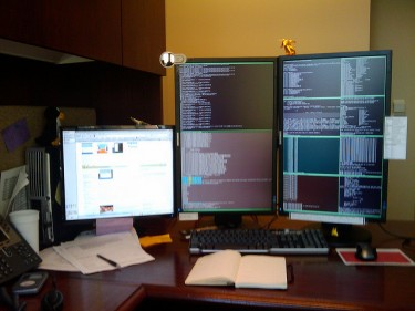 Tripple monitor setup, photo by Les Howard