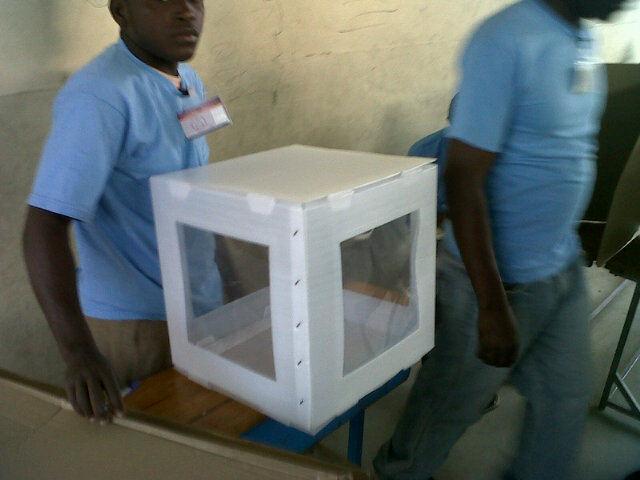"""@vivehaiti: """"Urne vid pa idantifye donk poko gen vot nan lise danyel la."""" [Unidentified empty ballot box at the Lycee Daniel]."""