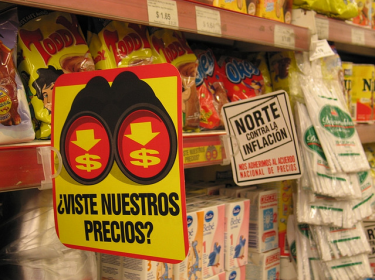 An advertisement indicating that candies are submitted to the anti-inflation sugar prices agreement (see note at bottom of post for more on price controls). By Flickr user J. Villamota (CC BY 2.0)