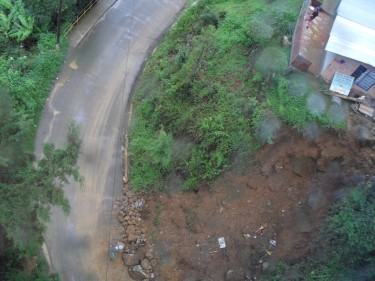 (Photo taken in a neighborhood of the upper area of ​​the district north-east of Medellín, Antioquia. A house is endangered by a landslide. Image: Lully)