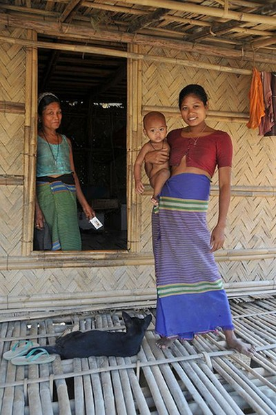 An indigenous family in the Chittagong Hill Tracts. Image by Flickr by Jonas in China (CC BY-NC-SA 2.0).