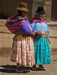 Bolivian women in traditional dress. Flickr: szeke (CC BY 2.0).