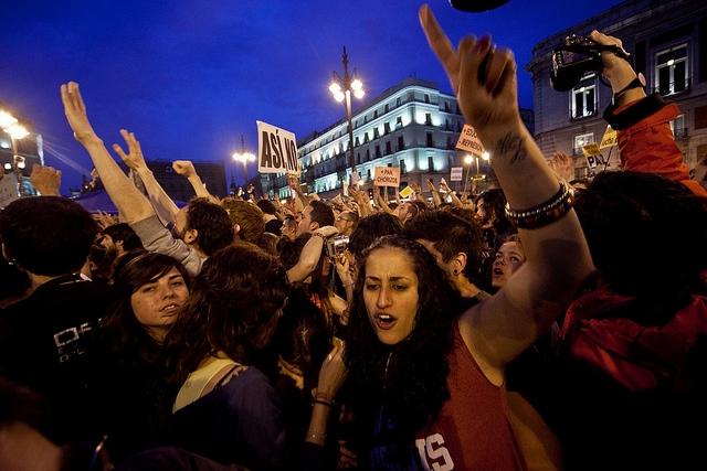 المتظاهرين في مدريد، إسبانيا. تصوير هوليو البارانم مستخدمة تحت رخصة المشاع الإبداعي