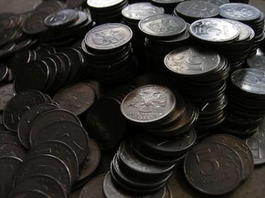 Российские монеты номиналом 5 рублей. Фото пользователя Flickr Waltie (CC BY 2.0).