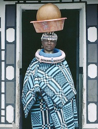 Ndebele tribeswoman, Sudáfrica. Flickr: United Nations Photo (CC BY-NC-ND 2.0).