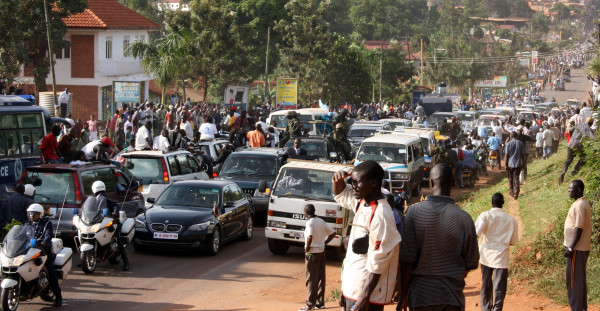 Besigye convoy meets Mugabe convoy. Photo courtesy of @UgInsomniac.