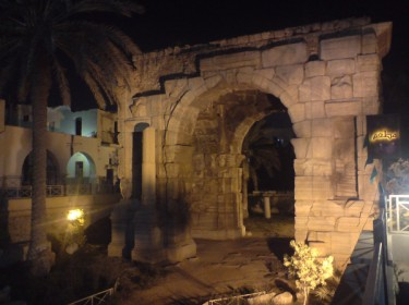 قوس ماركوس اوريليوس ليلاً في طرابلس القديمة.