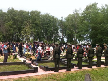 Yuri Budanov's funeral, photo by Oleg Kashin at Twitpic