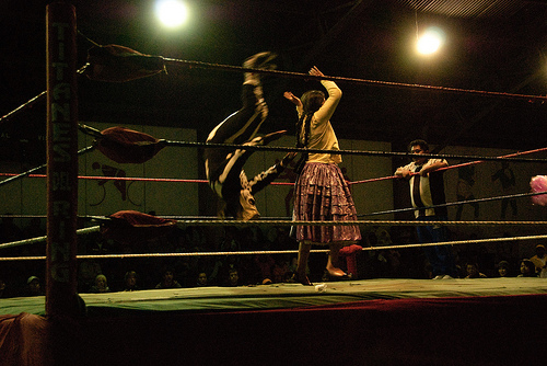 Indigenous 'cholita' Bolivian women wrestlers. Image by cholita wrestling by Flickr user funkz CCBy (CC BY 2.0).