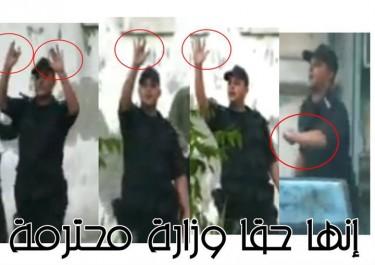 Policjant pokazuje środkowy palec