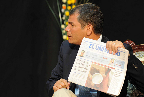 President Correa with a copy of El Universo. Image by Flickr user Presidencia de la República de Ecuador (CC BY-NC-SA 2.0).