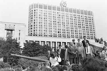 Boris yeltsin, in front of the white house, moscow, 19 august 1991. photo: itar-tass, wikipedia