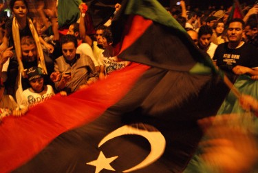 De val van Kaddafi wordt gevierd bij de Libische ambassade in Tunesië. Foto van Sghaier Khaled © Demotix (22-08-11).