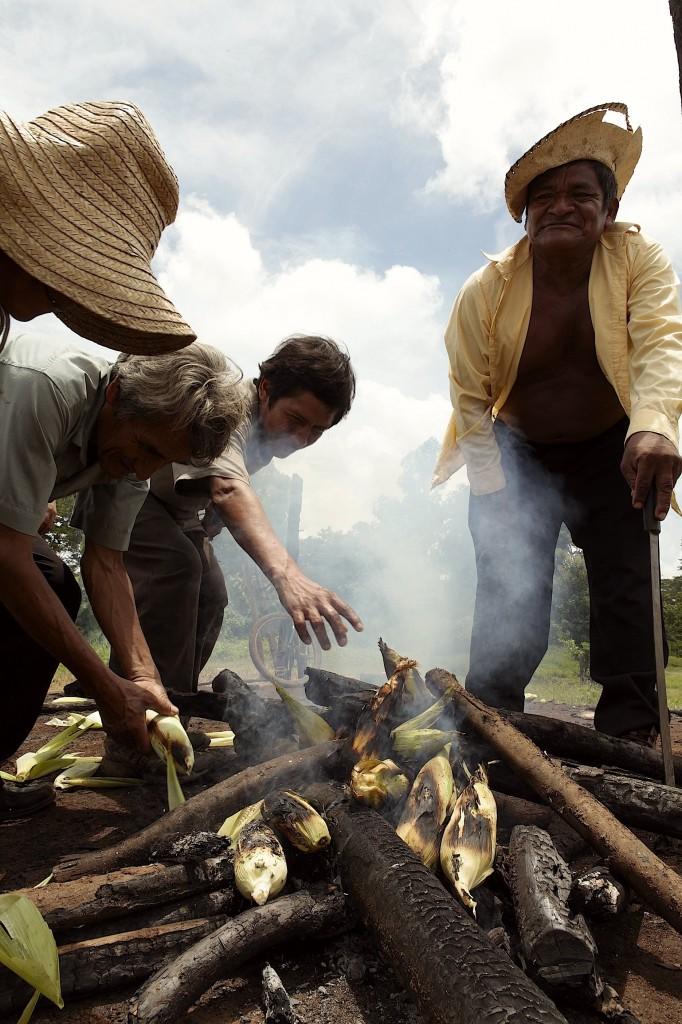 Peasants preparing corn, by Alberto Arce (CC BY-NC-SA 3.0)