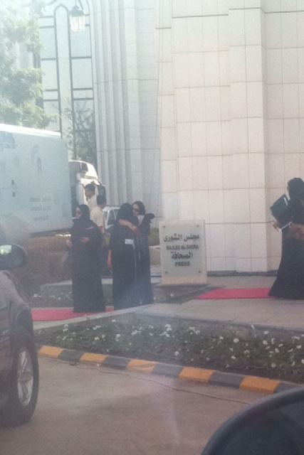 Donne saudite fuori dalla sede del Consiglio della Shura