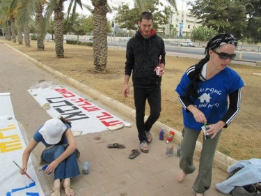 Activists in Beer Sheva preparing signs for the rally, September 29
