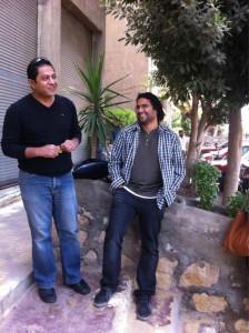 بهاء صابر، على اليسار، وعلاء عبد الفتاح خارج المحكمة صباح اليوم