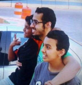 صورة فارس مع اخوانه بعد الافراج عنه
