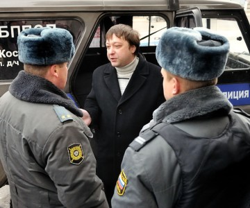 'Kostroma Jedi', Albert Stepantsev, surrounded by police. Photo uploaded by Maresyeva Pyata.