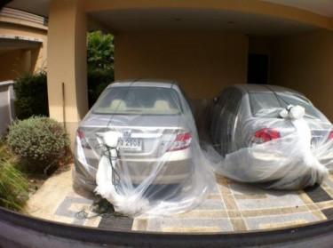 Autos in Plastiktüten verpackt