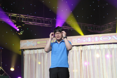 Choi Hyo-jong performing at the comedy show, Gag Concert