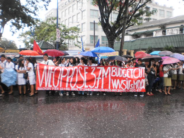 Iloilo City students brave the rain in solidarity with Occupy Mendiola. Image by author.