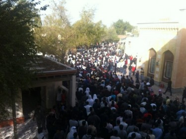 @ONLINEBAHRAIN: Huge crowds of mourners participating in the funeral in Abusaiba Village