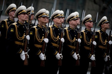 A Russian Naval Honor Guard welcomes Navy. Adm. Mike Mullen to St. Petersburg, Russia on May 6, 2011. (Department of Defense photo by Mass Communication Specialist 1st Class Chad J. McNeeley/Released/CC BY 2.0)
