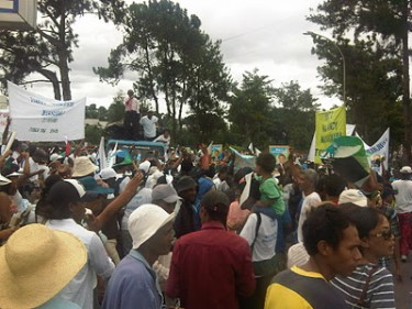 Malagasy crowd at Ivato airport on January 21. Image by Jentilisa, used with permission.