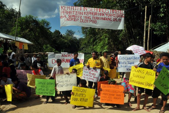 The Temiar community is setting up a blockade to prevent loggers from entering. Photo by SITI KASIM, published on Center for Orang Asli Concerns