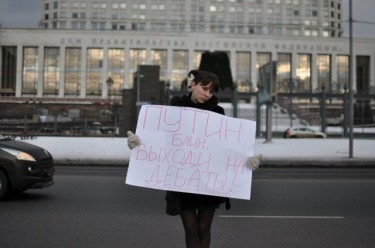 Olesya Shmagun's one-person protest. Photo by Pavel Hitzkoy, used with permission.