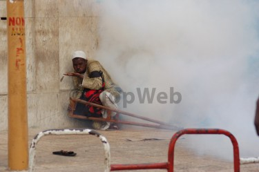 Man trying to avoid tear gas. Image by Alioune Diop