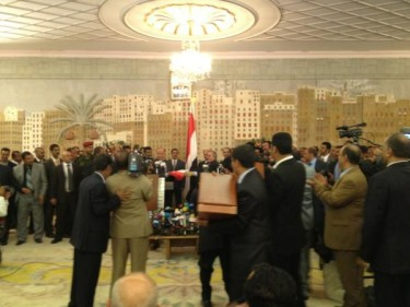 Saleh hands over the flag to Hadi at the ceremony. Photograph by Turkish Ambassador to Yemen Fazli Corman, shared on Twitter