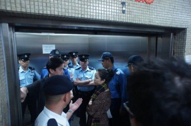 Police entering the building. Photo by Quncy Lau.