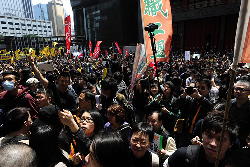 Protesters pushing the police barricades on March 25. Image by Flickr user inmediahk (CC BY-NC).