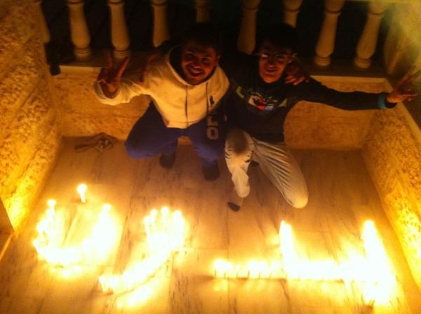 """Двама студенти в Йордания изписват """"бидун"""" (без) със свещи. Снимка от @alenazi90"""