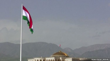 'The highest unsupported flagpole in the world, in Dushanbe'. Image by Radioi Ozodi (RFE/RL).