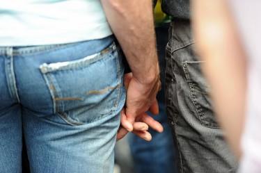 Хванати за ръце. Снимка от Гийом Помие във Flickr (CC BY 2.0).