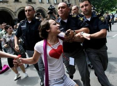 ЛГБТ активист, арестуван от полицията. Снимка: Ройтерс