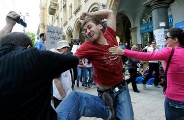 ЛГБТ активист отвръща на атаката на православен. Снимка: Ройтерс