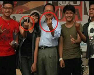 Jakarta Governor Foke Giving the Middle Finger Gesture. Photo from @SHANDYKIIDNAHS