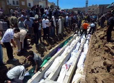 Масово погребение на жертви, Хула, Сирия. Снимка от Sniperphoto Agency, права Demotix (26/05/2012).