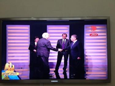 Двамата кандидати се здрависват. Снимка от @SultanAlQassemi