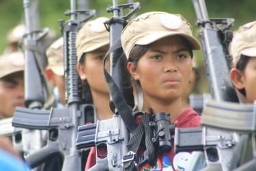 النسوة المقاتلات في الجيش الأحمر في الفلبين. الصورة من موقع الثورة الفلبينية.