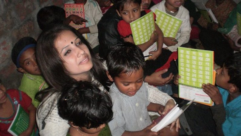 Lead Dreamer of Shawpno Rath – Shamima Nargis Shimu, with her students. Image taken from the group